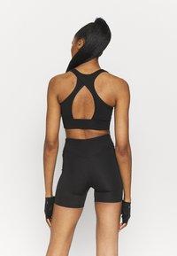 Puma - PAMELA REIF X PUMA SQUARE NECK BRA - Medium support sports bra - black - 2