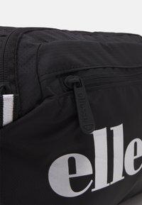 Ellesse - MAGGU CHEST BAG UNISEX - Rumpetaske - black - 3