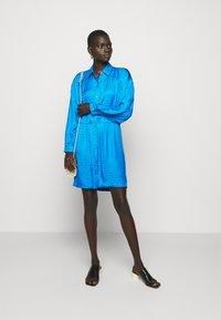 Pinko - DEGNO ABITO JACQUARD GEOMETRICO - Košilové šaty - light blue - 1