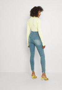 Missguided - SINNER HIGHWAISTED DESTROYED - Jeans Skinny Fit - light blue - 2