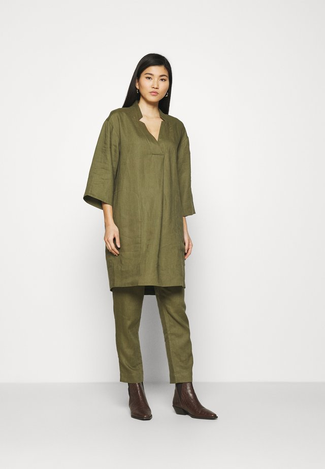 ESSENTIAL - Tunikaer - burnt olive