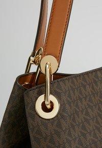 MICHAEL Michael Kors - RAVEN SHOULDER BAG - Handtasche - brown - 5