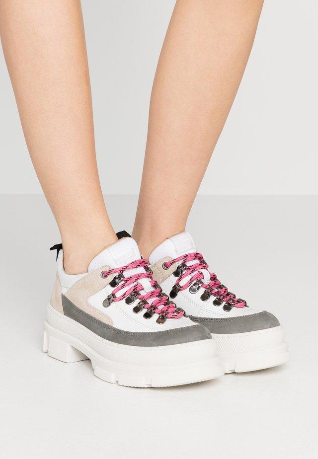 MANDY - Sznurowane obuwie sportowe - sand