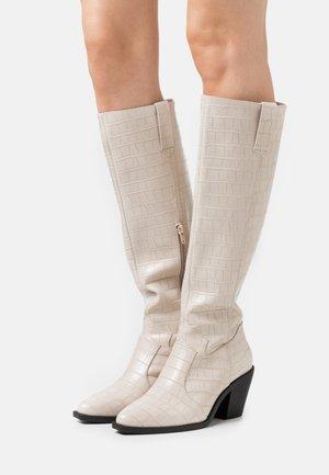 Vysoká obuv - bone