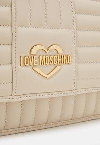 Love Moschino - QUILTED SOFT - Taška spříčným popruhem - avorio - 5