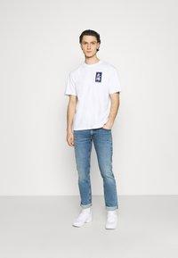 Edwin - TAROT DECK UNISEX - Print T-shirt - white - 1