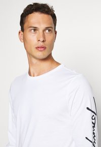 Tommy Hilfiger - SIGNATURE SLEEVE TEE - Long sleeved top - white - 3