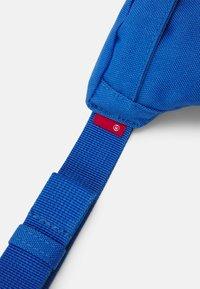 Levi's® - SMALL BANANA SLING VINTAGE MODERN LOGO UNISEX - Bum bag - jeans blue - 4
