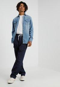 Jack & Jones - JJESHERIDAN SLIM - Skjorta - medium blue denim - 1