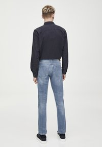 PULL&BEAR - HELLE SLIM-JEANS IM COMFORT-FIT 05682502 - Jeans slim fit - blue denim - 2