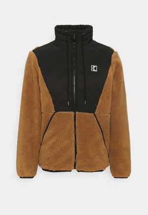 UNISEX QUILTED BLOCK WINDRUNNER - Light jacket - sand