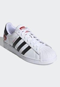 adidas Originals - SUPERSTAR - Tenisky - ftwr white/core black/scarlet - 2