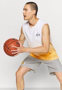 New Era - LOS ANGELES LAKERS NBA DIP DYE SLEEVELESS TEE - Club wear - white/yellow - 4