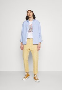 Edwin - UNIVERSE PANT CROPPED - Trousers - curry - 1