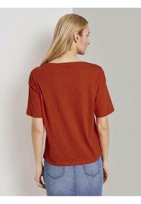 TOM TAILOR - FRONTPRINT OVERSIZED - Print T-shirt - strong flame orange - 2