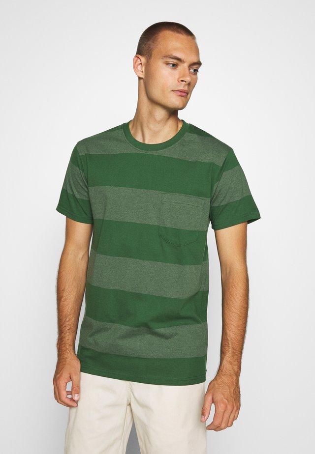 SANDRO - T-shirt med print - greener pastures