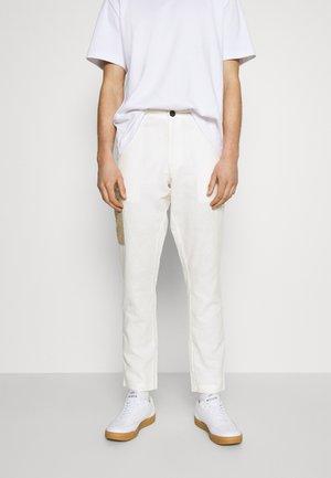 AKJOHN PANT - Cargo trousers - tofu