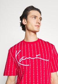 Karl Kani - SIGNATURE LOGO PINSTRIPE TEE - Print T-shirt - red - 3