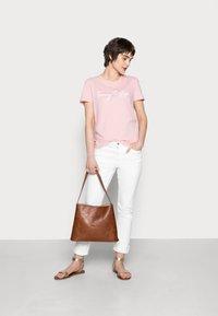 Tommy Hilfiger - CREW NECK GRAPHIC TEE - Print T-shirt - glacier pink - 1