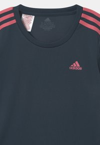adidas Performance - Triko spotiskem - dark blue/pink - 2