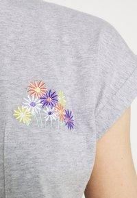 Dedicated - VISBY FLOWER POCKET - Print T-shirt - grey melange - 5