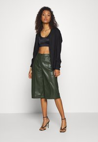 Vero Moda - PAULINA BAMUDA   - Shorts - khaki - 1