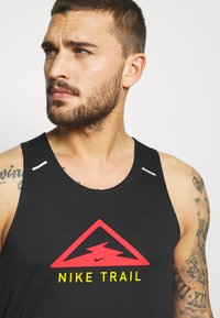 Nike Performance - RISE 365 TANK TRAIL - Funktionströja - black/laser crimson - 4
