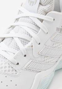 adidas Performance - HARDEN BOUNCE BASKETBALL SHOES UNISEX - Basketbalové boty - footwear white/silver metallic/sky tint - 2