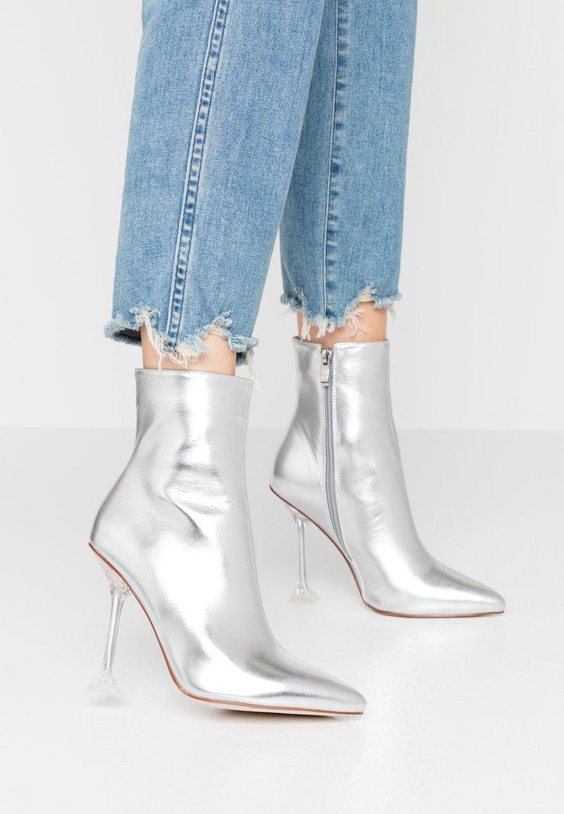 BEBO - WINONA - Kotníková obuv na vysokém podpatku - silver