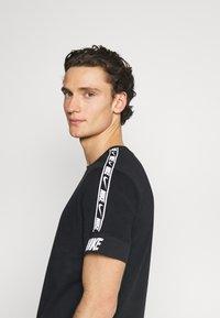 Nike Sportswear - REPEAT TEE - T-shirt med print - black - 3