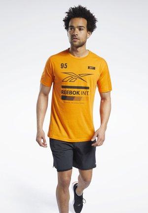 SPEEDWICK GRAPHIC MOVE T-SHIRT - Print T-shirt - orange