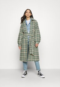 Monki - ROSIE COAT - Zimní kabát - green country brown