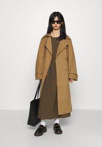 Gina Tricot Petite - MIMMI - Trenchcoat - brown - 1