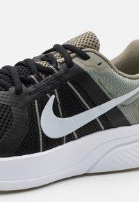 Nike Performance - RUN SWIFT 2 - Zapatillas de running neutras - light army/pure platinum/black - 5