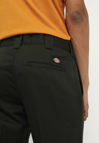Dickies - 872 SLIM FIT WORK PANT  - Chinot - olive green - 5