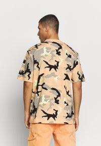 Karl Kani - UNISEX SIGNATURE CAMO TEE - T-Shirt print - camel/black/coral/yellow - 2