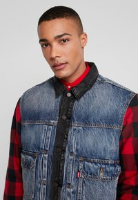 Levi's® Extra - TYPE HYBRID TRUCKER - Denim jacket - blue denim/red - 4