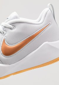 Nike Performance - TEAM HUSTLE QUICK 2 - Basketball shoes - pure platinum/metallic copper/wolf grey/midnight navy - 2