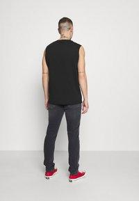 Tommy Jeans - AUSTIN TAPERED - Slim fit jeans - denim black comfort - 2