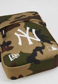 New Era - MLB SIDE BAG NEW YORK YANKEES WOODLAND OPTIC  - Across body bag - green - 2
