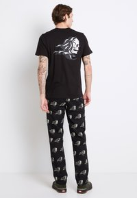Vans - MN SIXTY SIXERS - Print T-shirt - black - 2
