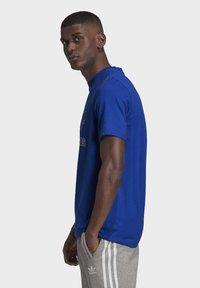 adidas Originals - TREFOIL LOGO OUTLINE T-SHIRT - Print T-shirt - blue - 4