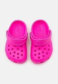 Crocs - CLASSIC  - Badslippers - electric pink - 3