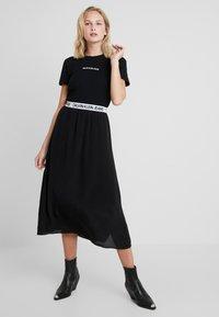 Calvin Klein Jeans - LOGO SLIM TEE - T-shirt z nadrukiem - black - 2