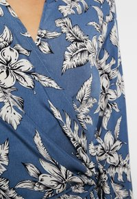 Missguided - PURPOSEFUL FLORAL WRAP OVER TIE FRONT - Blouse - blue - 5