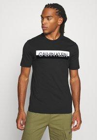 Calvin Klein - SPLIT LOGO - T-shirt imprimé - black - 0