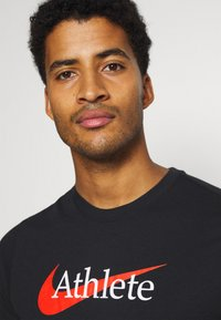 Nike Performance - TEE ATHLETE - T-shirt med print - black/team orange - 3