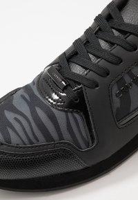 Cruyff - LUSSO ZEBRA - Sneakersy niskie - dark grey - 5