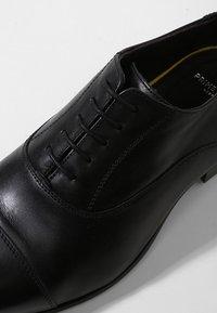 Prime Shoes - CLIFF - Elegantní šněrovací boty - black - 5
