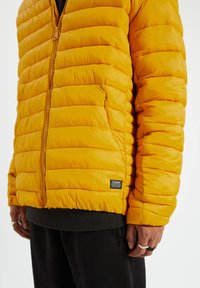 PULL&BEAR - Zimní bunda - yellow - 4